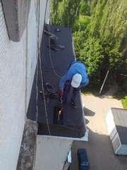 Ремонт кровли балконного козырька на верхних этажах евро-рубероидом